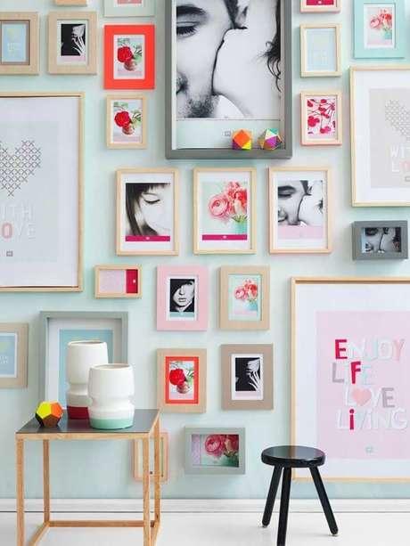 3. Decoração com quadros e moldura colorida – Foto Pinterest