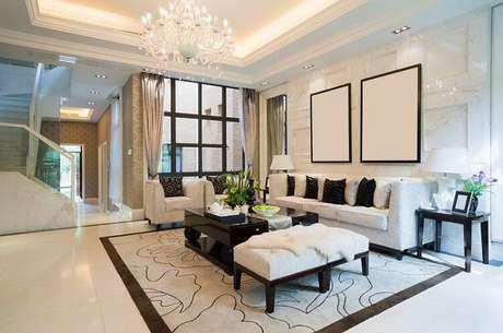 4. A sala de estar com piso frio pode ganhar tapetes e almofadas para equilibrar.