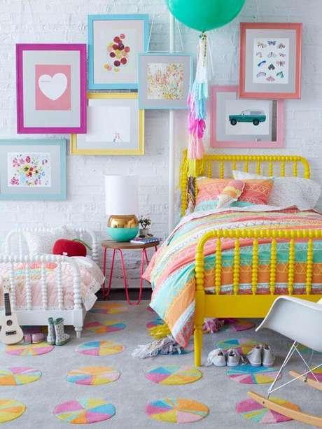 7. Quarto infantil com quadros de moldura colorida – Foto Iris Andrade