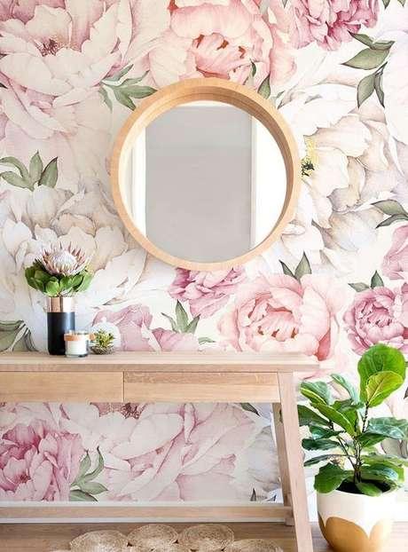37. Sala de estar com papel de parede rosa floral – Foto Etsy