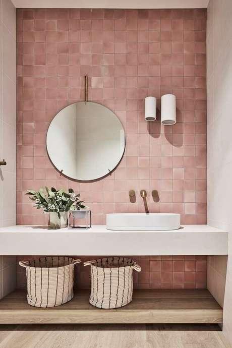 26. Papel de parede rosa para banheiro moderno – Foto Pinterest