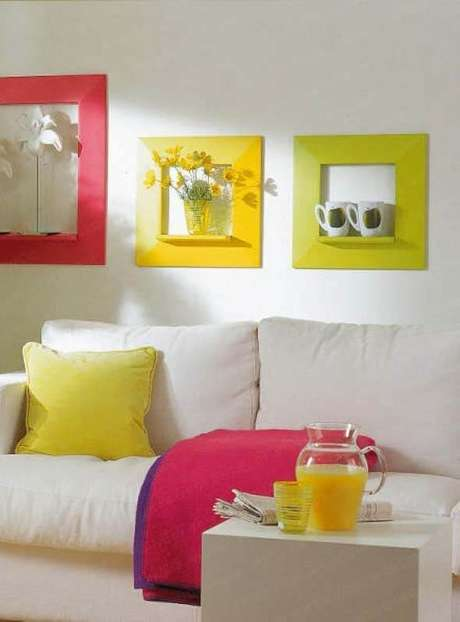 31. Moldura colorida amarela e rosa para sala de estar clean – Foto Pinterest