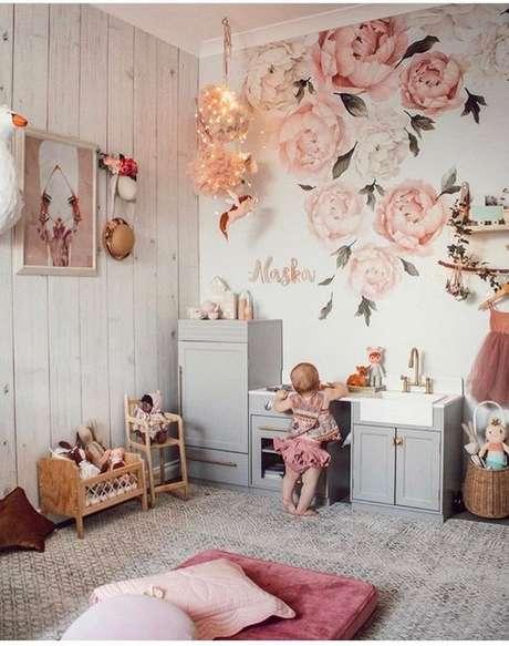 31. Quarto com papel de parede e flores rosa – Foto Sexy Mama Maternity