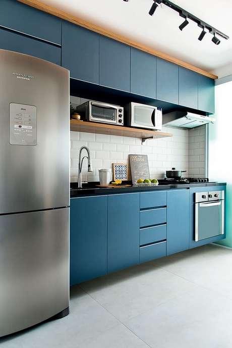 26. Cores de móveis planejados para cozinha azul com cerâmica branca – Foto Minha Casa