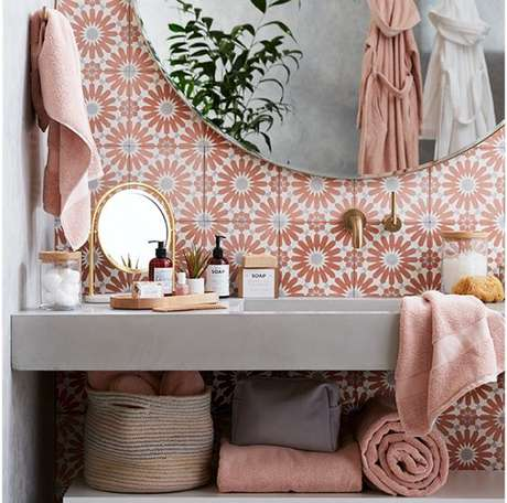 25. Papel de parede rosa para banheiro chique – Foto Crateand Barrel