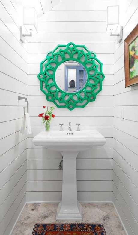 42. Moldura colorida verde no banheiro branco – Foto Pinterest