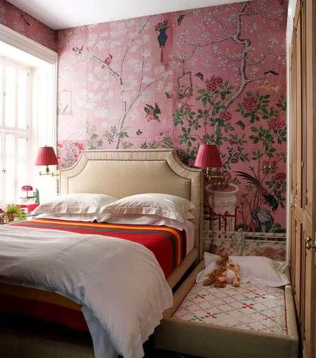 45. Papel de parede rosa com flores e passarinhos – Foto Fashionismo
