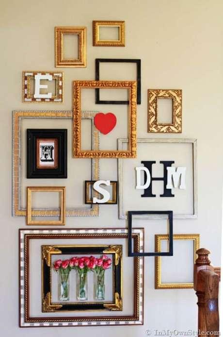 8. Sala de estar com moldura colorida de diferentes tamanhos – Foto Tip Junkie