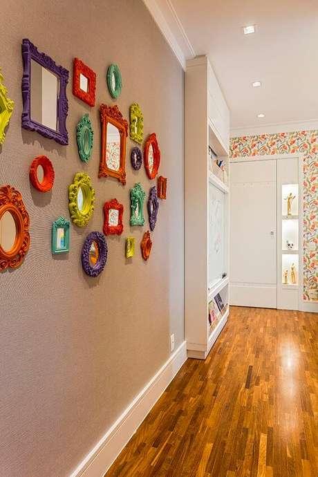 36. Moldura colorida na decoração da sala de estar – Foto A Casa que Minha Vó Queira