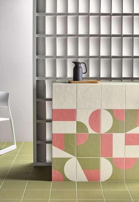 63. Cozinha com cerâmica geométrica no balcão e piso – Foto Casa Vogue