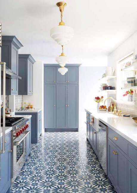 7. Cozinha azul com lustre branco e cerâmica – Foto Perfeita Ordem