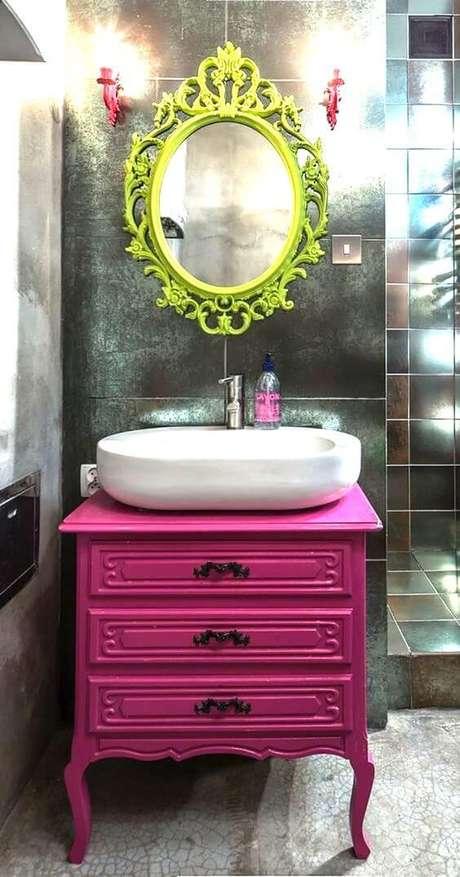 9. Banheiro com gabinete pink e espelho com moldura colorida verde limao – Foto Dicas Decoração