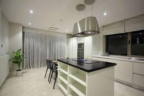 9. A cozinha com ilha usa piso cerâmico claro e filetado.