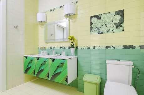 18. O banheiro tropical combina com os pisos cerâmicos retangulares.
