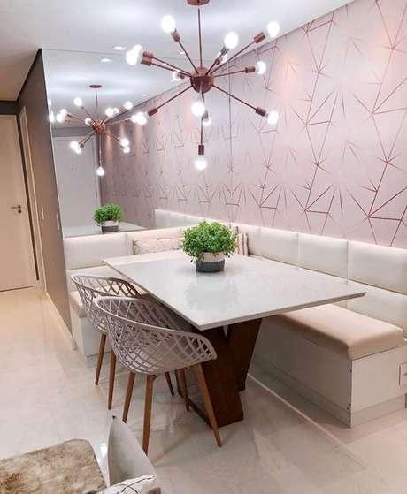 48. Papel de parede rosa com formato geométrico na sala de jantar – Foto Pinterest