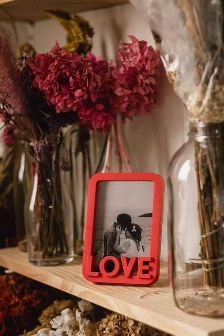 44. Moldura colorida vermelha para sala de estar – Foto O Amor é Simples