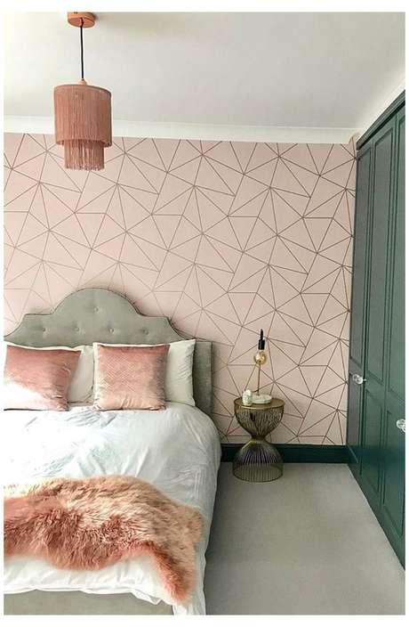 32. Quarto com papel de parede rosa e detalhes geométricos – Foto Amazon