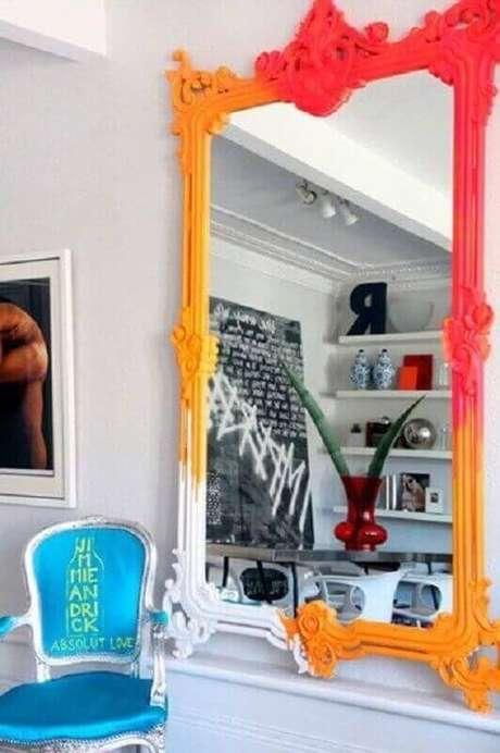 26. Espelho grande com moldura colorida e poltrona azul ao lado – Foto Pinterest