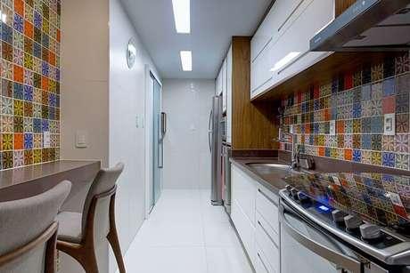 44. Cerâmica para cozinha colorida e piso branco – Foto Milla Holtz