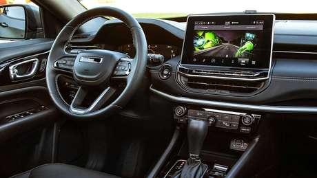 Interior do Jeep Compass 2022 ganhou aspecto horizontal e central multimídia de aspecto flutuante.
