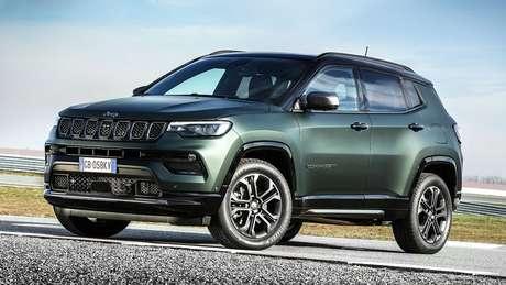 Por fora, o Jeep Compass 2022 ganhou novos faróis e para-choques com visual inédito.