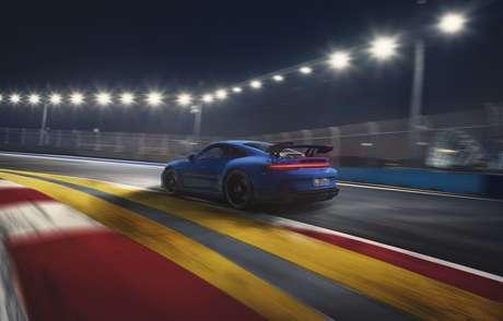 Traseira do 911 GT3 tem como destaque o enorme aerofólio feito de fibra de carbono.