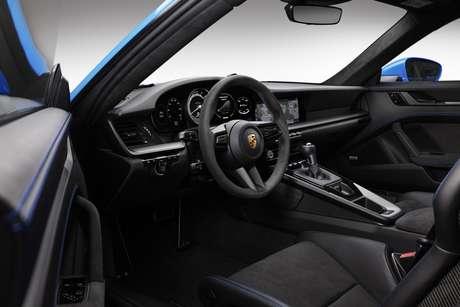 Interior do novo Porsche 911 GT3 ganha volante revestido em Alcantara.