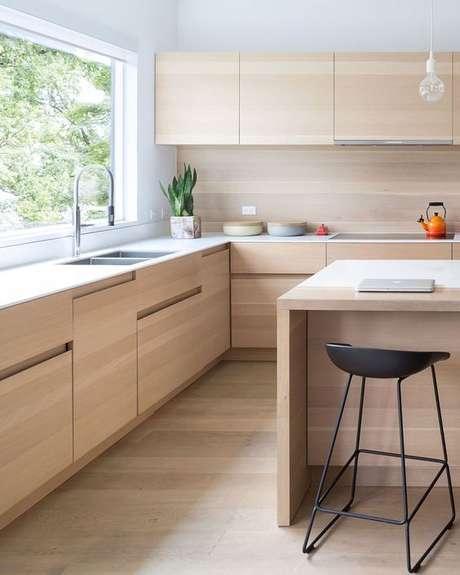 54. Cozinha com revestimento bege e moveis de madeira – Foto Contemporist