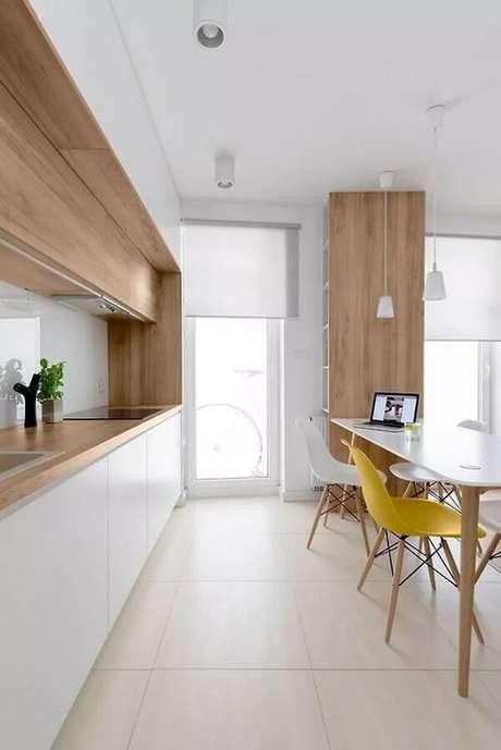 2. Decoração de cozinha minimalista branca com madeira – Foto: Deavita