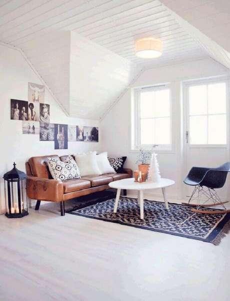 28. Mesa de centro redonda branca para decoração de sala simples com sofá de couro – Foto: Archzine