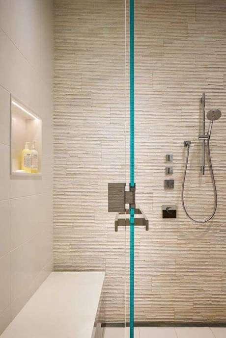 43. Banheiro com revestimento bege de pedra canjiquinha – Foto Pinterest