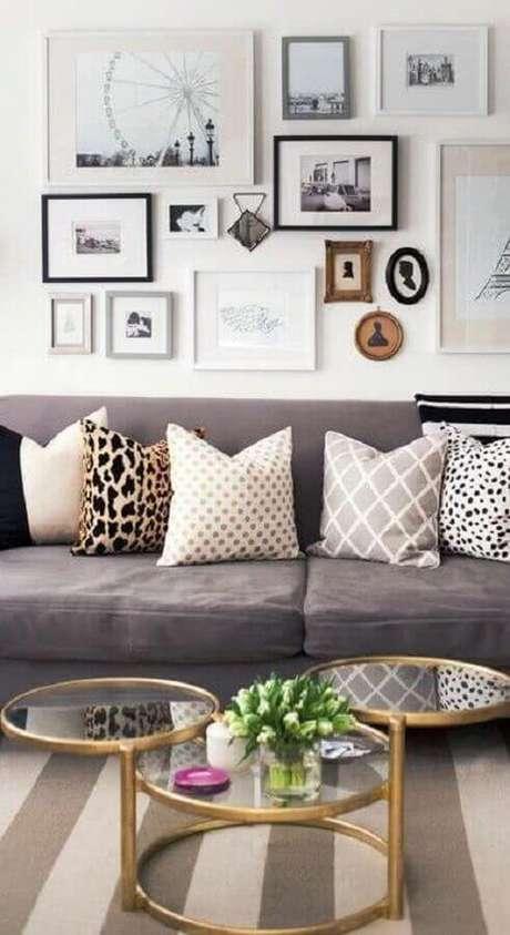 41. Sala de estar decorada com vários quadros de parede e mesa de centro redonda espelhada – Foto: Pinterest