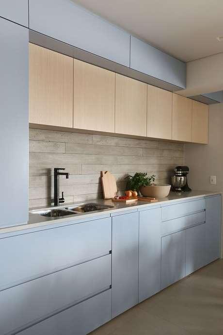20. Revestimento bege para cozinha com armário azul claro – Foto Lamarcon