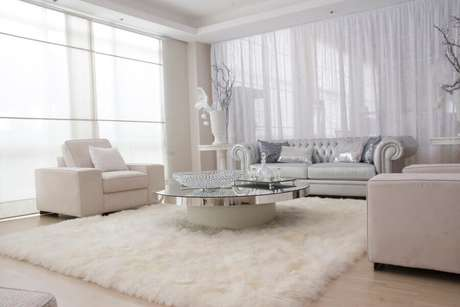 29. Decoração sofisticada para sala branca com tapete felpudo e mesa de centro redonda espelhada – Foto: Pinterest