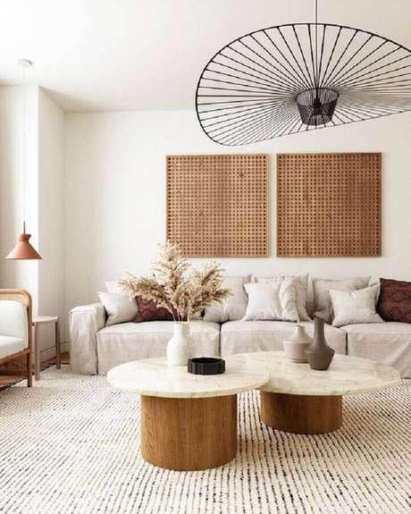 31. Decoração de sala em cores neutras com mesa de centro redonda – Foto: Chloe Dominik