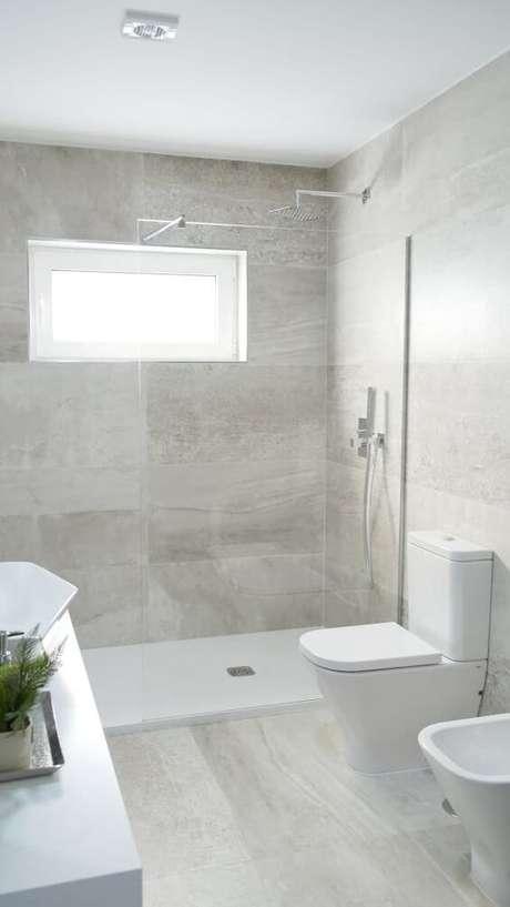 44. Banheiro com revestimento bege de porcelanato – Foto Homify