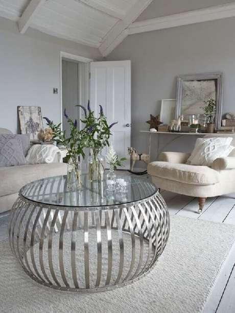 12. Mesa de centro redonda de vidro para decoração de sala cinza sofisticada – Foto: Pinterest