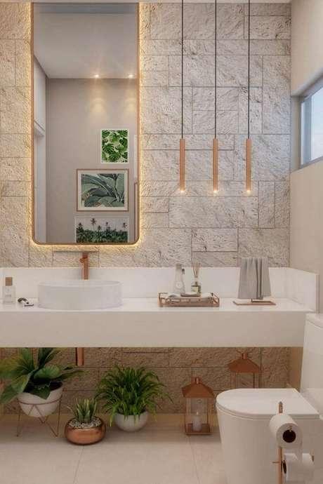 1. Banheiro com revestimento bege – Foto HGTV