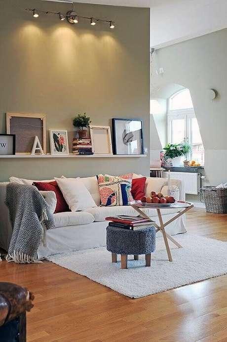27. Sala simples decorada com almofadas coloridas e mesa de centro redonda – Foto: Ideias para Decorar
