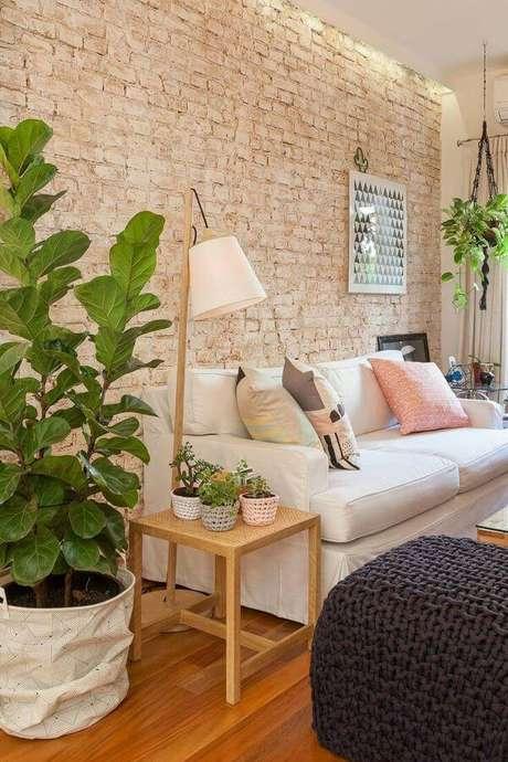 34. Sala confortável com revestimento bege de tijolinho Foto Pinterest