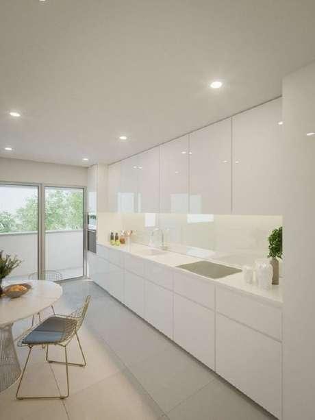 3. Cores claras como branco e off white são as mais usadas na decoração de cozinha minimalista – Foto: Histórias de Casa