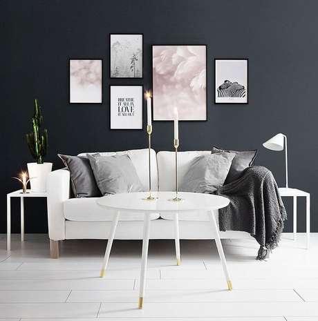 21. Mesa de centro redonda branca para sala de estar decorada com parede branca – Foto: Houzz