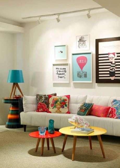 18. Decoração com mesa de centro redonda colorida para sala com sofá branco – Foto: Decostore