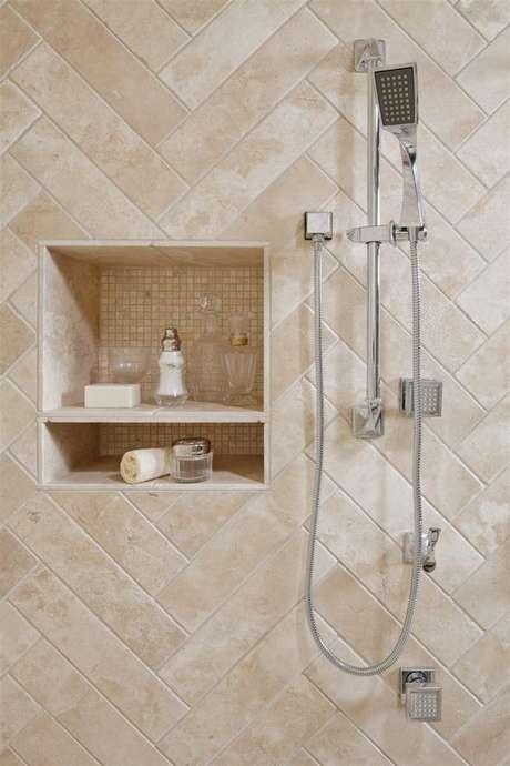 27. Revestimento bege para banheiro moderno – Foto Pinterest