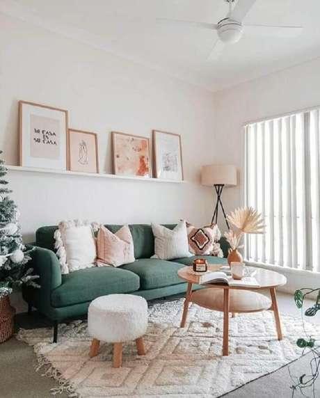 8. A mesa de centro redonda de madeira é uma das mais usadas na decoração – Foto: Home Fashion Trend