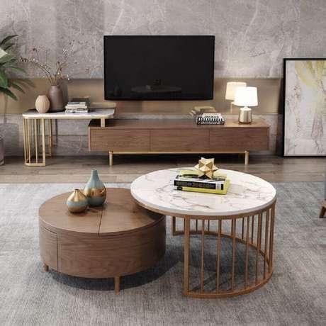 2. Decoração de sala de TV com mesa de centro redonda – Foto: Pinterest