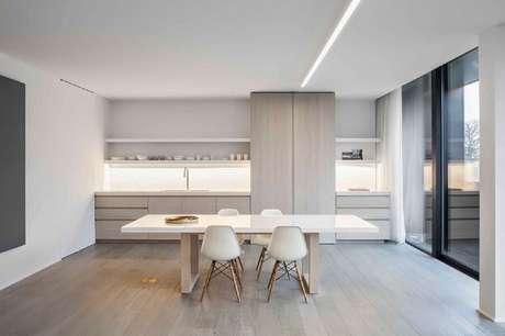 4. Móveis de madeira clara para decoração de cozinha minimalista – Foto: Behance