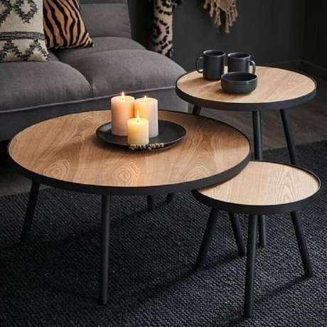 6. Trio de mesa de centro redonda de madeira para decoração de sala preta – Foto: Casashops