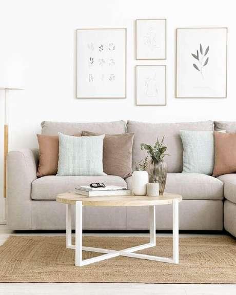 3. É importante que a mesa de centro redonda tenha um tamanho condizente com a sala onde será usada – Foto: Kenay Home