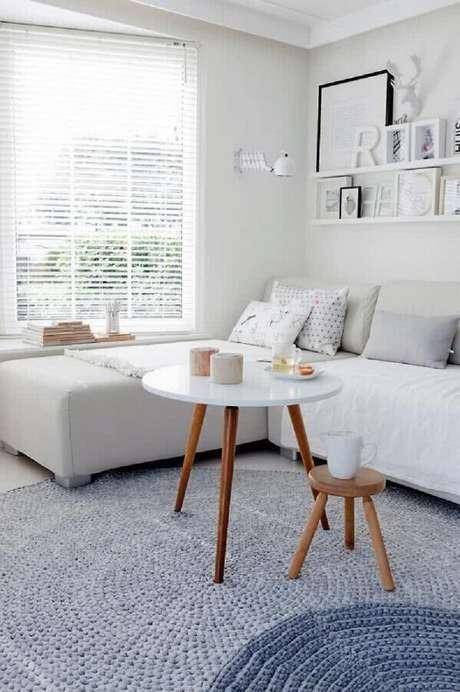 44. Sala clean decorada com tapete de crochê cinza e mesa de centro redonda retrô – Foto: Apartment Therapy